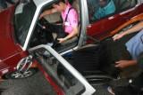 图文:广州肢残人士艰难地从轮椅挪上考试车