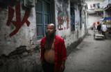 图文:长须男子走在老街上