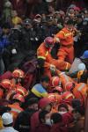 图文:玉树救援人员和居民共同开展施救工作