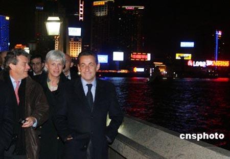 萨科齐赴上海外滩散步结束对中国访问(组图)