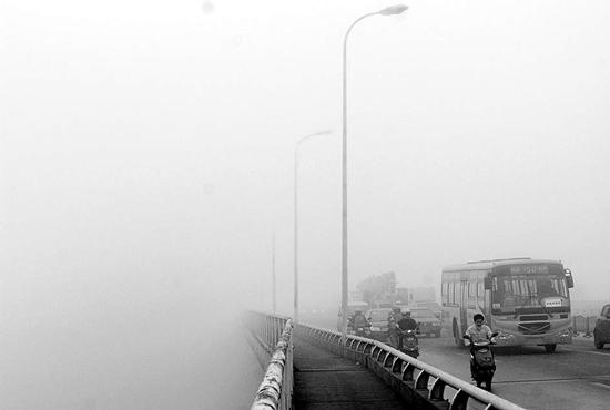 组图:长沙大雾天气致汽车追尾