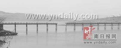云南曲靖大桥突然垮塌2人死亡(组图)
