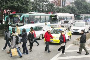 车站撤了没提示牌市民穿马路找公交