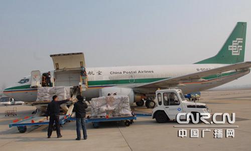 """一架喷有""""中国邮政""""标识的波音737飞机呼啸着从烟台国际机场腾空而起"""