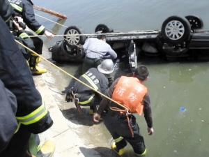 司机溺水冲进河女磁力失控身亡(图)美女动画兽轿车与图片