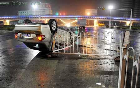 小车凌晨撞护栏四脚朝天