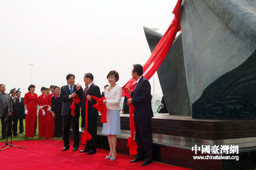 """连战揭幕 台湾雕塑""""水袖""""落户""""鸟巢""""之畔"""