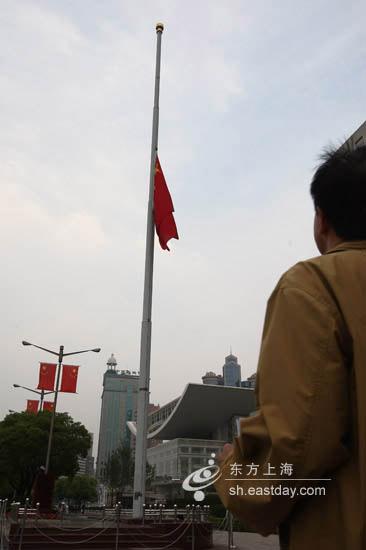 上海人民广场下半旗纪念遇难同胞(组图)