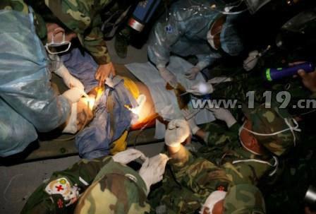 上海消防救出被埋压179小时男子(图)