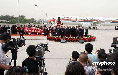 吴伯雄率中国国民党大陆访问团飞抵北京(图)