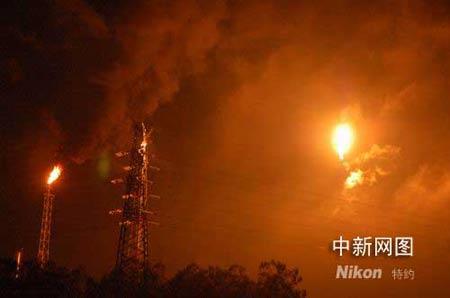 广东茂名石化装置遭雷击起火(图)