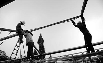 唐山警用器材店_在长途跋涉50多个小时后,稍作休整的唐山援建者就立即投入安置房建设