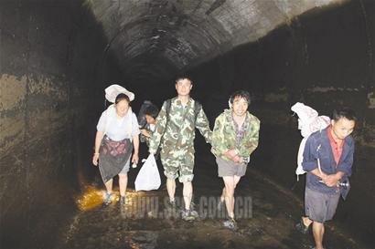 汶川草坡乡4千村民走悬崖天梯背粮上山(组图)