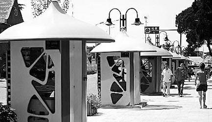 旅游风情街上的欧式风格的货亭王颂