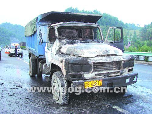 超载19吨货车自燃车辆报废,路政设施受损