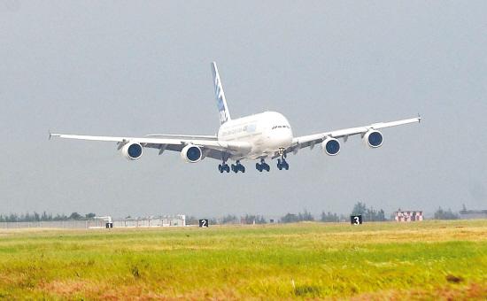 航空航天博览会(珠海航展)上进行静态展示及飞行表演