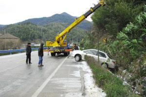 浙江宁波部分道路因降雪结冰致车祸频发(图)