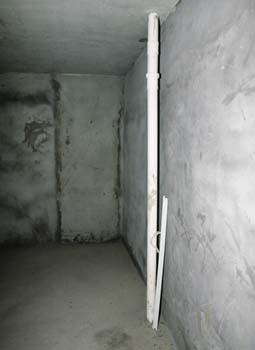 主卧墙角,祼露着卫生间下水管道;次卧墙边,也能看见厨房下水管.