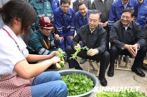 温家宝看望北京地铁农民工坐马扎和女工择菜