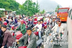 十多万民众步行涌向北川老县城祭奠(图)
