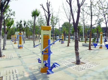 场健身器材_广场上遍布各式健身器材