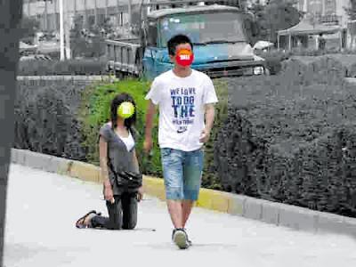 女生向男生下跪 网友供图