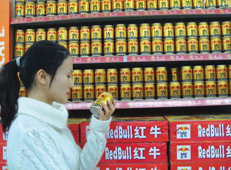 本地多家超市红牛饮料销售正常 配图   近期媒体报道我国台湾检出红牛能量饮料含有可卡因事件后,中国红牛(红牛维他命饮料有限公司)高度重视,积极联系和配合国家相关权威检测部门展开检测。经国家质检总局、北京市药监局、北京市食品安全办公室等政府主管部门先后对中国红牛产品及原材料多个批次的抽检,6月3日起,检测结果陆续公布,通报均显示:中国红牛的红牛饮料产品均不含可卡因。   质检总局通报结果 红牛产品安全可靠   6月5日,国家质检总局最后一次关于红牛可卡因检测的通报表明,中国生产的红牛饮料的原料及产品均未
