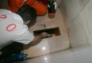 男子掉入女厕便坑 想不起何时掉入图;