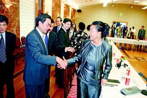 王毅抵旧金山与侨胞座谈:两岸关系侨胞角色重要