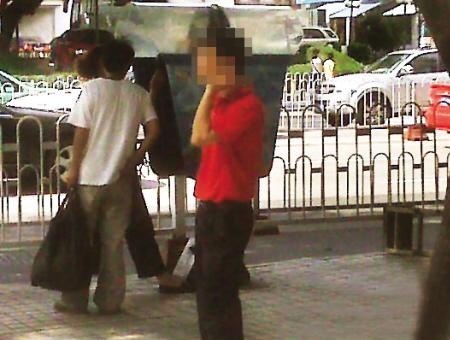 天桥:东街口福州圣诞狂欢美女下疑现偷拍男?偷拍图片