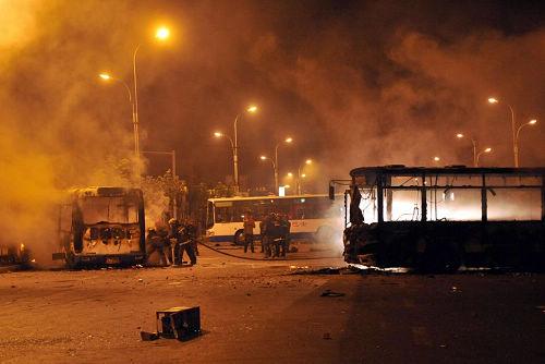 7月6日凌晨,在乌鲁木齐市大湾南路的跑马场地段,多辆公交车被烧毁