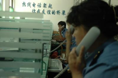 每位接线员办公桌上都放着一杯茶,而茶水都已放凉.