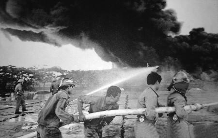 """""""当年参加黄岛油库灭火抢险的官兵代表,时任战斗班长的闫炳华动情地说"""