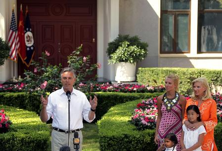 美国新任驻华大使抵京称奥巴马11月中旬将访华