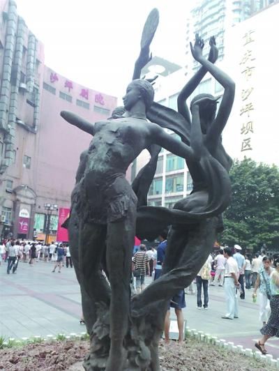 三峡广场美女雕像被狗啃过?