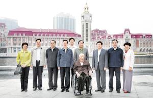 原中共中央政治局委员、全国人大常委会委员长万里在天津考察。(图片来源:天津日报)