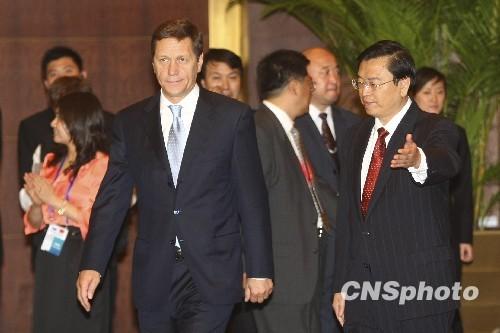 中俄经济工商界论坛开幕两国签40余亿美元协议