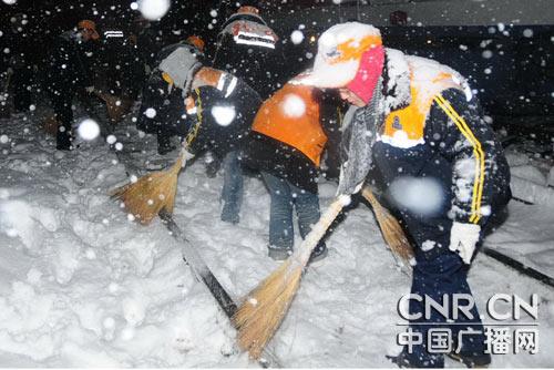 西安铁路局职工日夜扫雪确保陇海大动脉畅通