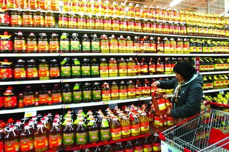 在超市买到了过期食用油,店主态度很强硬,不予退换,有图片