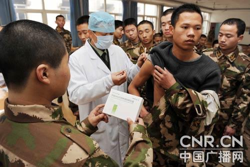 武警部队组织多种活动 为今年入伍新兵送温暖图片