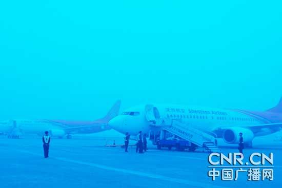 大雾笼罩下的南宁吴圩国际机场   中广网南宁1月5日消息(记者张江元 张垒 通讯员詹喜才)随着北方冷空气南下,今天(1月5日) 早晨,南宁吴圩国际机场出现了入冬以来的首次大雾,但航班起降未受影响。   大雾直至10点半左右才逐渐散去,其间能见度大约只有两百米左右。虽说机场一篇白雾茫茫,但是由于最近安装了一批能够自动引导飞机起降的导航设备,所以对航班的起降没有造成影响。当日,该机场共起降航班飞机145架次,除南宁经武汉至天津的航班由于外地天气原因有所延误外,其余航班基本都能正常到达和起飞。