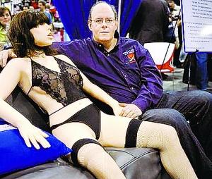海因斯和他发明的美女机器人罗克茜