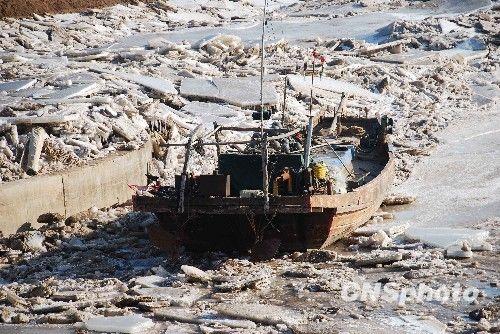 中国海军破冰船在渤海湾展开破冰救援行动