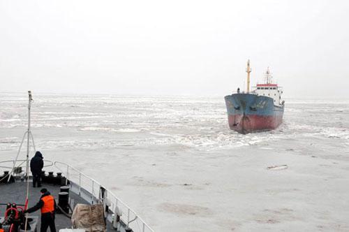 我军破冰船营救文峰6号货船全程回顾(图)