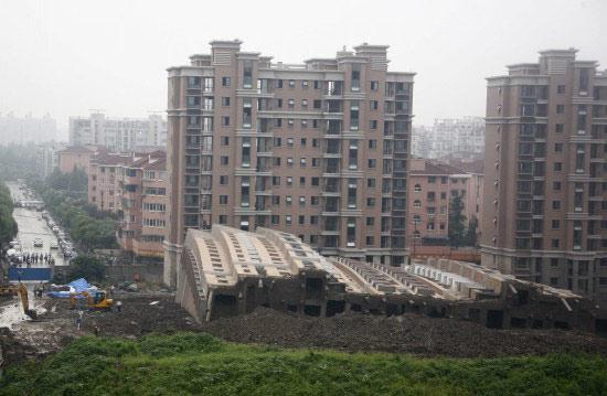 上海楼房倒覆事件6名责任人今日受审