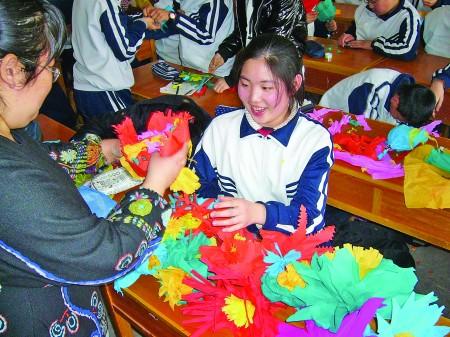 学生们用皱纹纸亲自动手做花,寄托哀思.