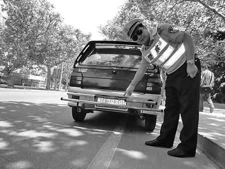 发现一辆奥拓车的前后保险杠挡住了车牌