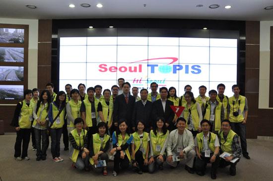 中国青年代表团参观首尔交通信息中心(图)