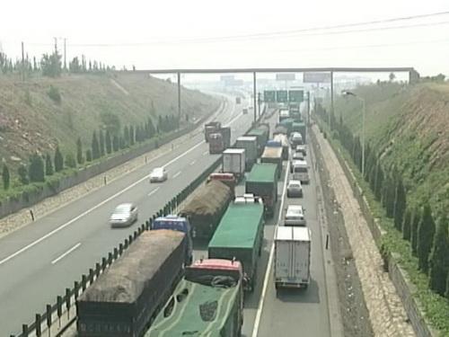 京张高速公路大堵车持续20天司机靠方便面充饥