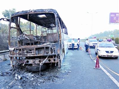 长沙机场高速一大客车烧毁2人死亡多人受伤